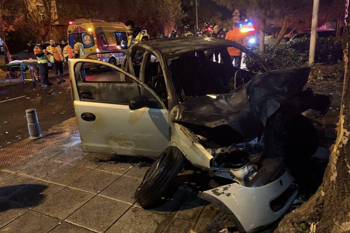 Un vehículo sale ardiendo tras chocar contra un árbol en Usera