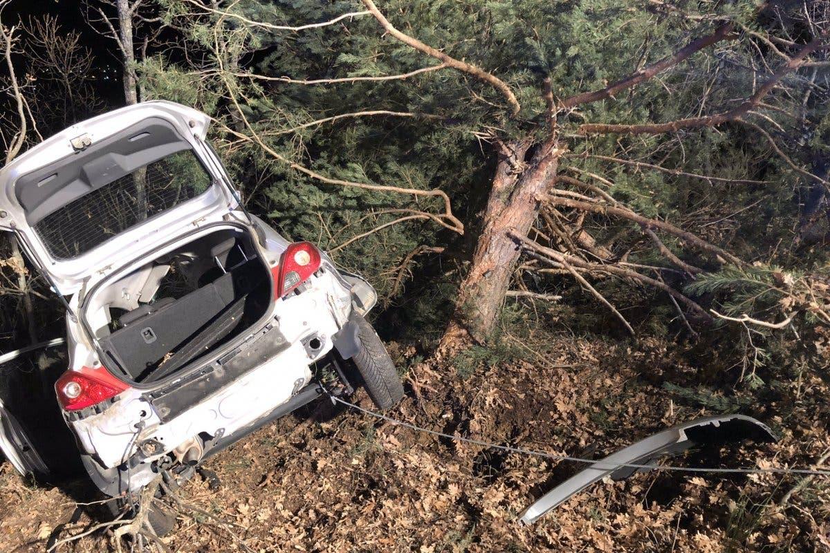 Muere una joven tras chocar su coche contra un árbol en Los Molinos
