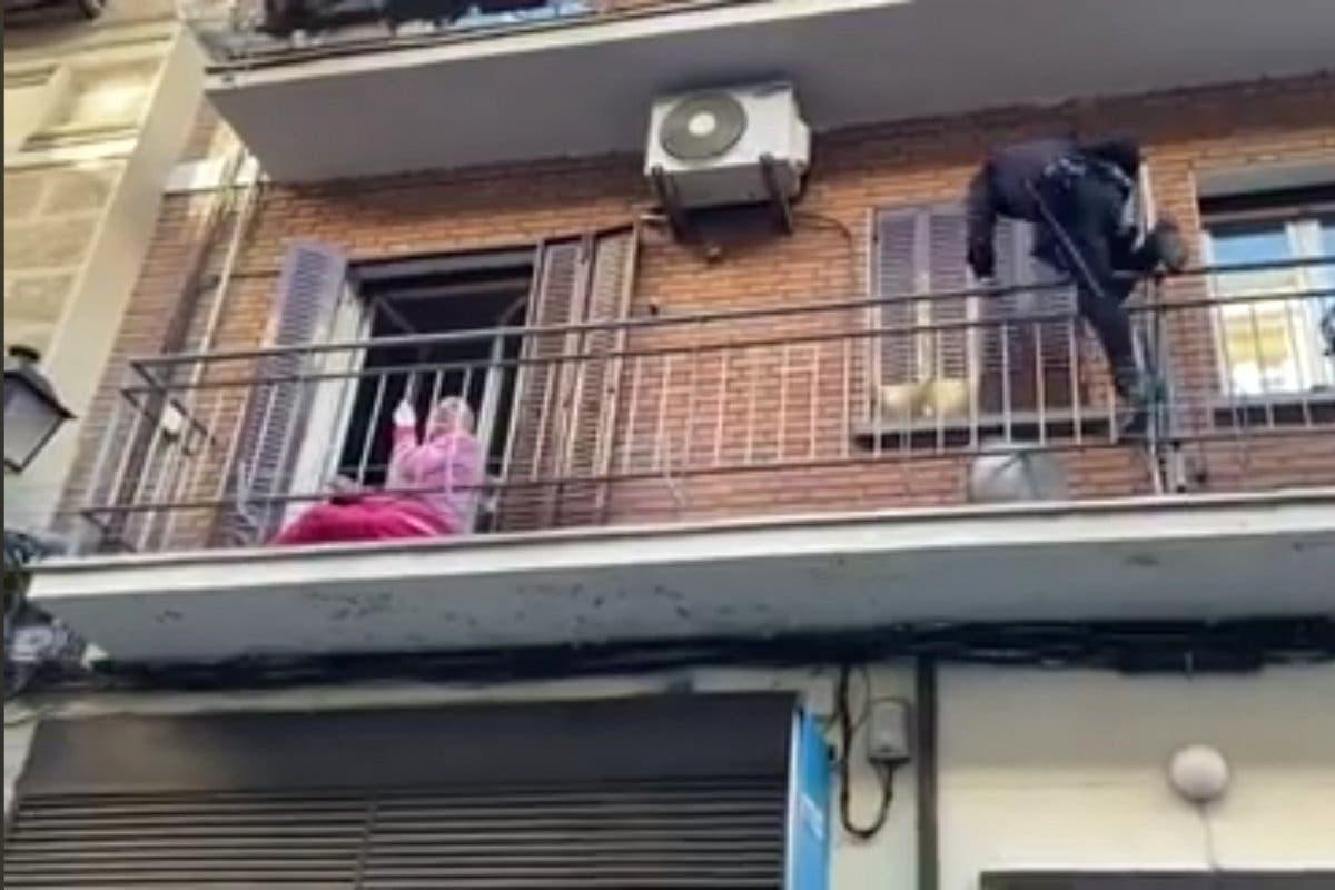 El beso de una anciana al policía que la rescató en Madrid
