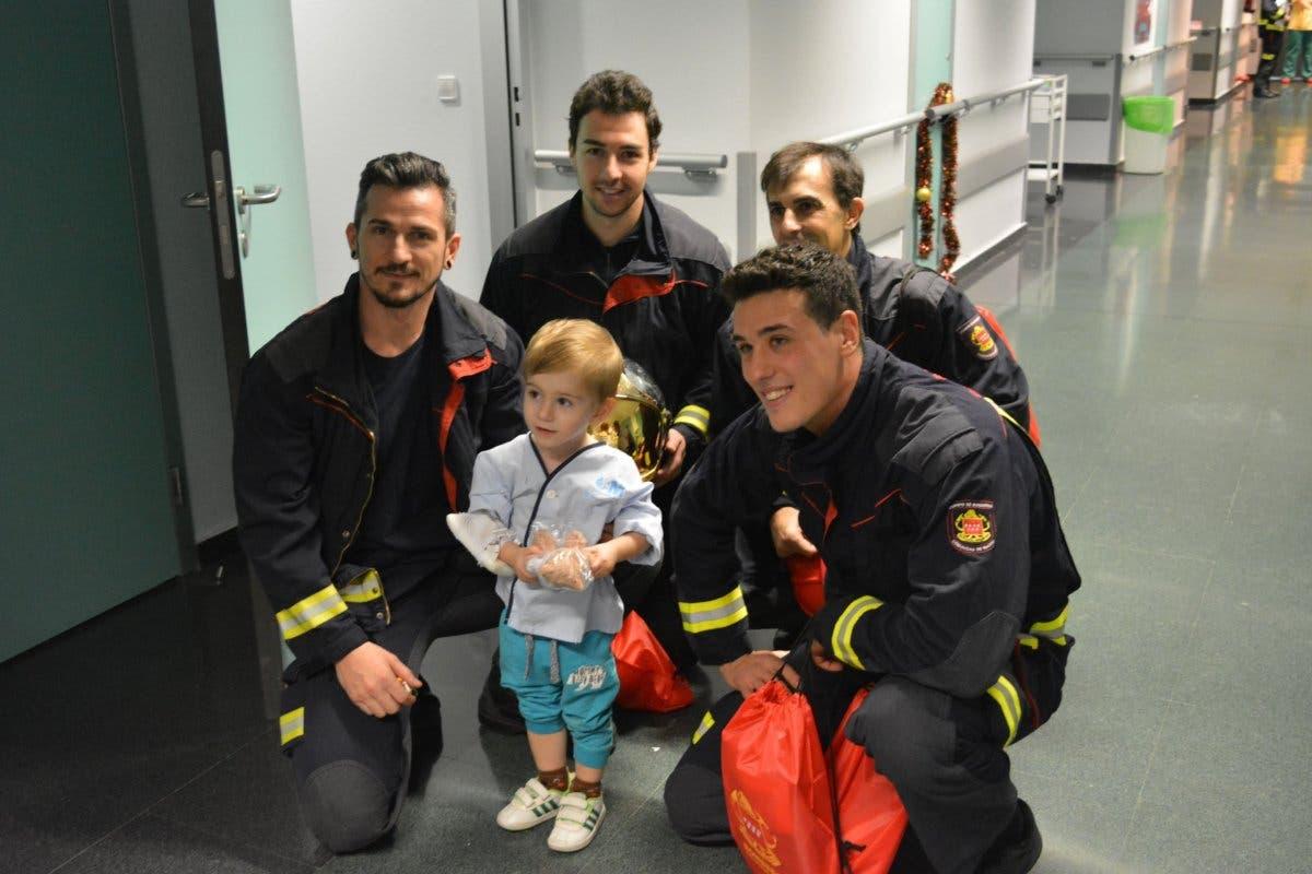 Los Bomberos visitan a los niños ingresados en el Hospital de Torrejón