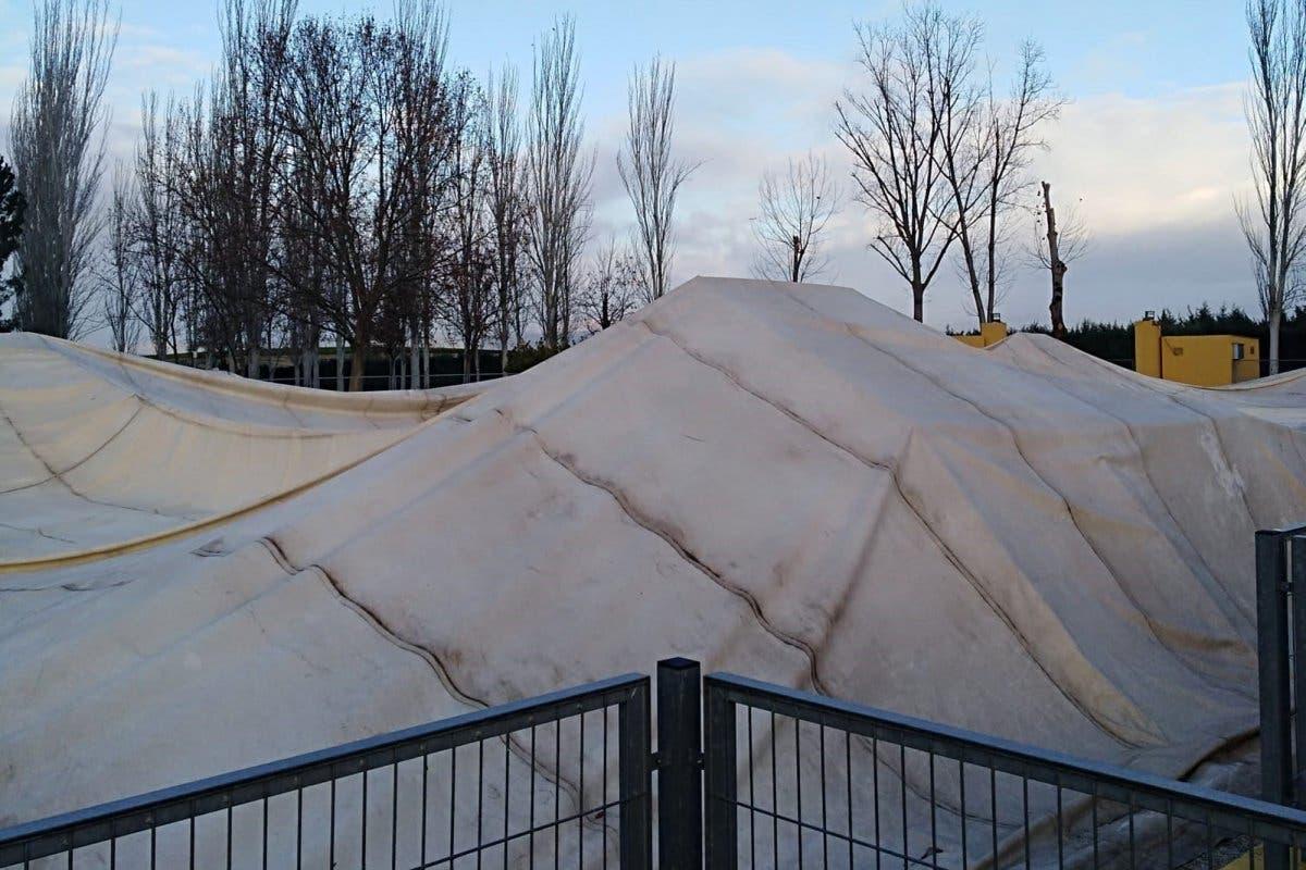 El temporal tumba la carpa de la piscina climatizada de Algete