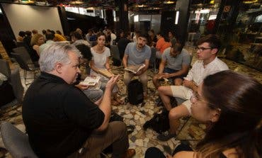 Diez jóvenes fabrican en Torrejón ocho objetos de madera para la eternidad