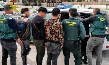 Cae la banda que asaltó a gritos una tienda de móviles en Alcalá de Henares
