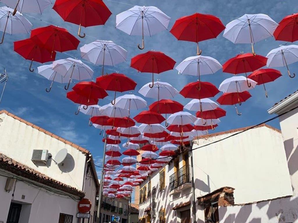 Daganzo cubre una calle de paraguas para potenciar el comercio local