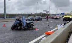 Dos heridos y un coche partido en dos en un accidente en la A6