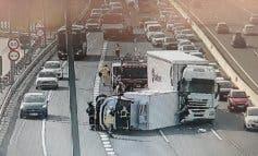Aparatoso accidente entre dos camiones en la A-2, en Alcalá de Henares