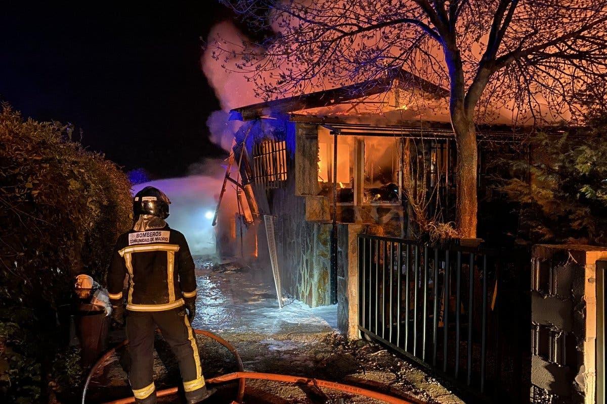 Espectaculares imágenes del incendio que ha arrasado por completo un chalet en El Molar