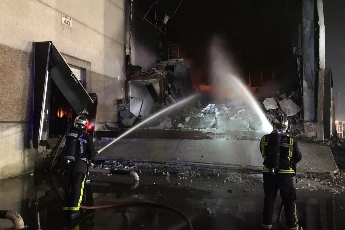Un incendio destruye 5.000 metros cuadrados de una nave de Hiper Usera