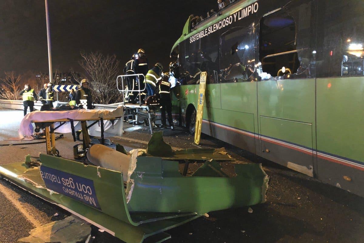 Siete heridos tras el choque de un autobús y dos coches en la A-4