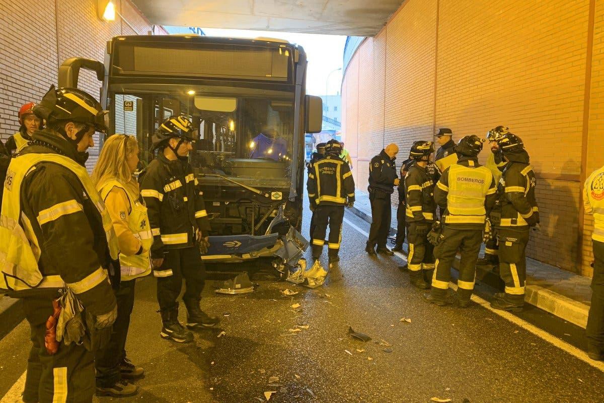 Muere un motorista de 30 años tras chocar contra un autobús de la EMT