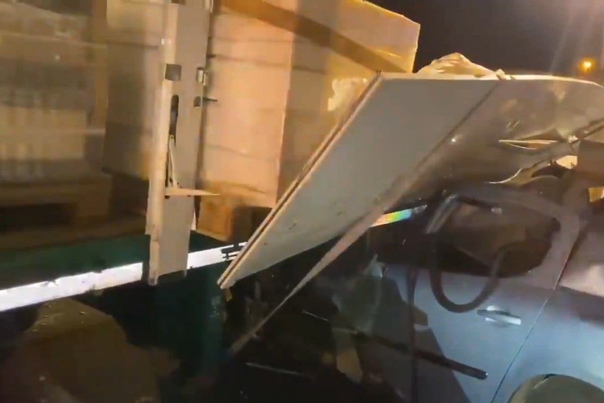 Tres heridos al caer sobre sus coches la carga de un tráiler en la AP-6
