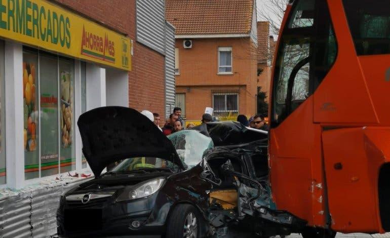 Aparatoso accidente de un autobús escolar en Azuqueca de Henares