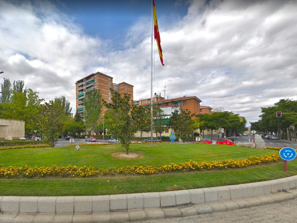 Un coche descontrolado se empotra contra una glorieta en Guadalajara