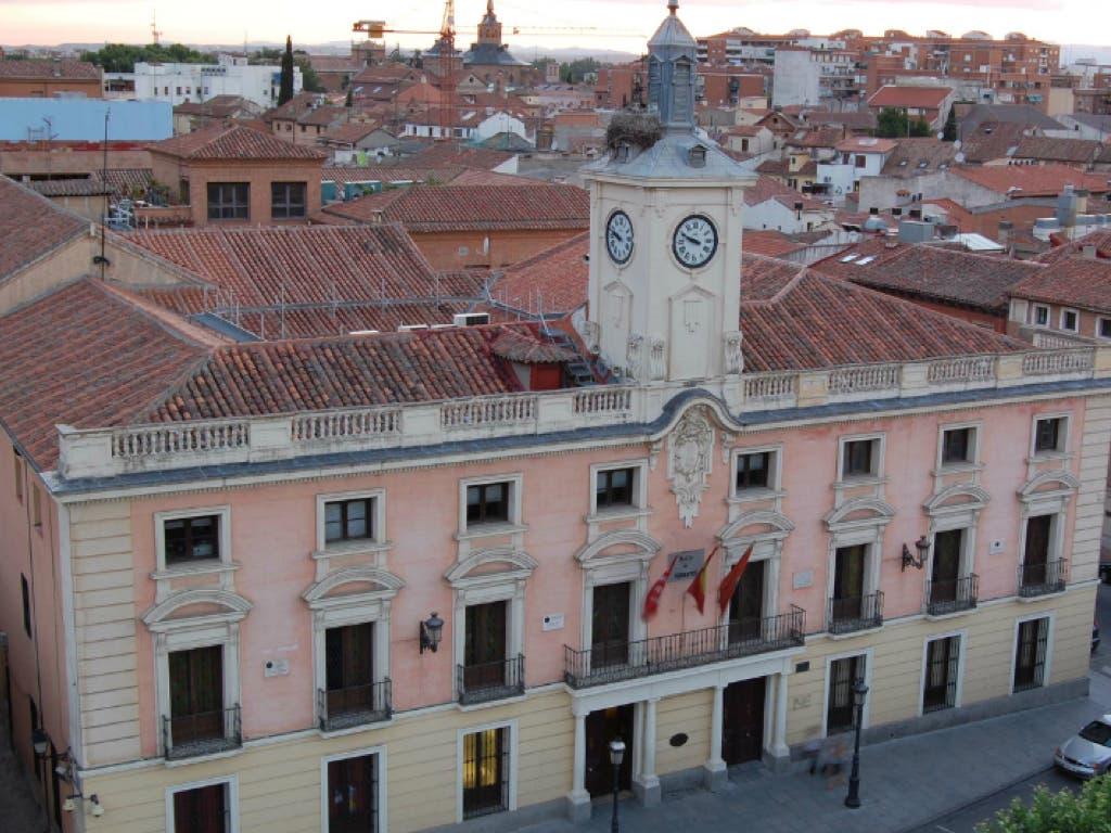 Critican la subida de sueldos de concejales en Alcalá de Henares en plena crisis