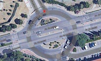 Muere un motorista enAlcalá de Henarestras chocar contra una farola