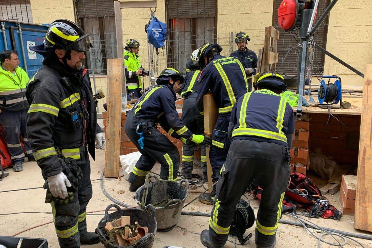 Muere un obrero sepultado tras el derrumbe de una galería subterránea en Madrid