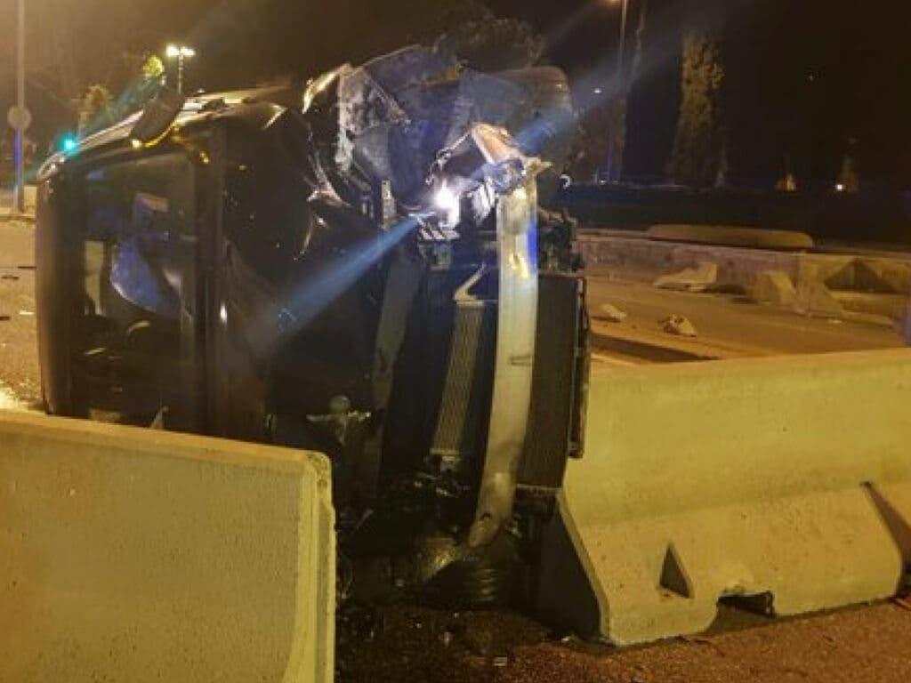 Un vehículo volcado y un menor apuñalado en Alcalá de Henares