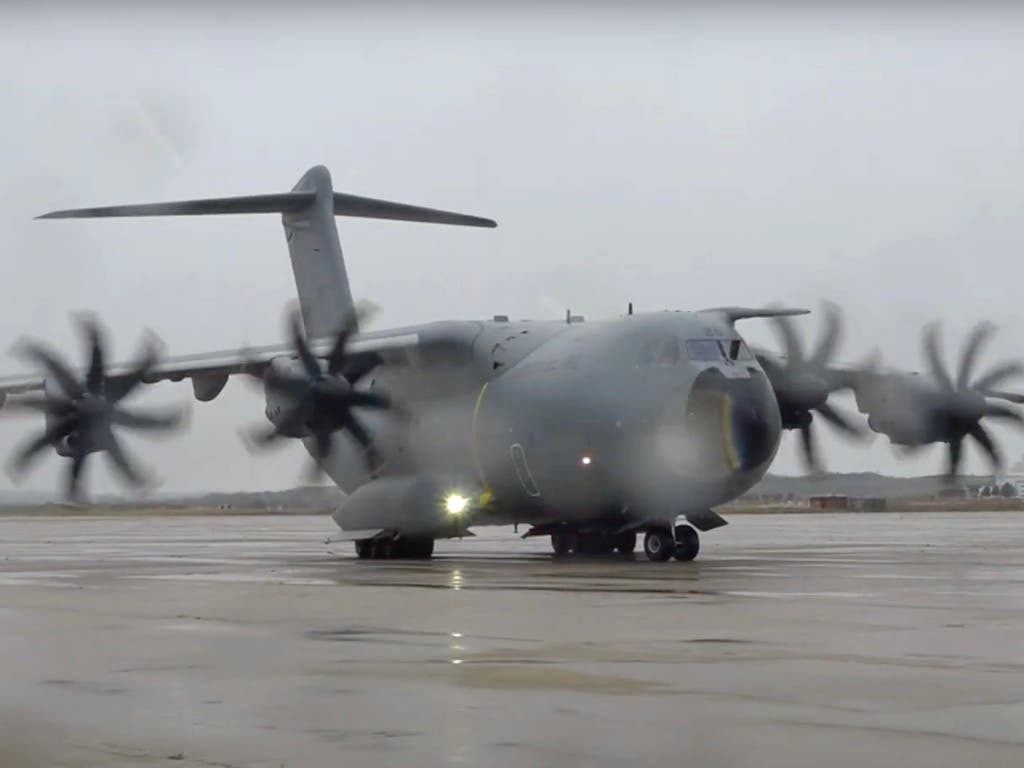 Aterriza en Torrejónun avión militar con un millón de test de coronavirus