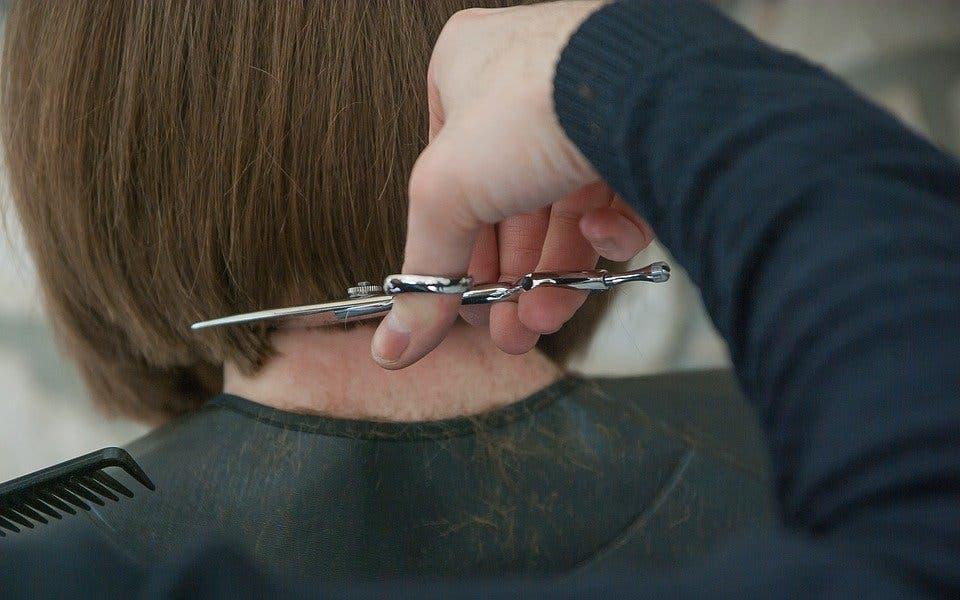 El Gobierno cerrará también las peluquerías en toda España tras exigirlo Ayuso