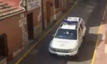 La Policía de Loeches avisa por megafonía que está prohibida la libre circulación