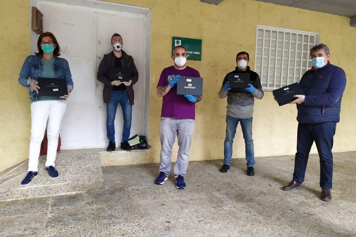 Quadernillos dona tablets 4G a familias de Alcalá de Henares sin recursos