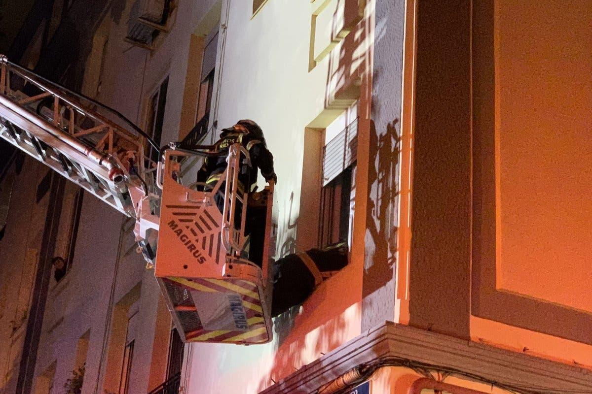 Una familia hospitalizada y 12 vecinos atendidos tras un incendio en Madrid