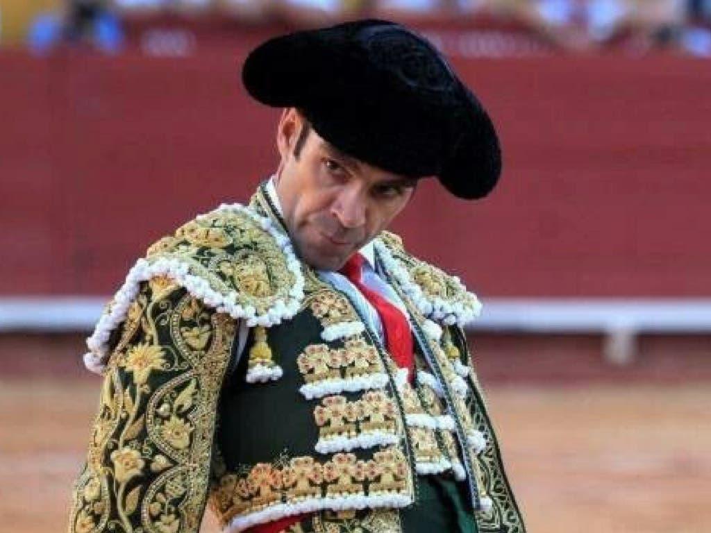 Adjudicado el capote de José Tomás subastado para ayudar al Hospital de Guadalajara