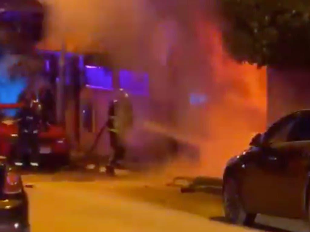 Arden un coche y dos motos en un chalet de Coslada