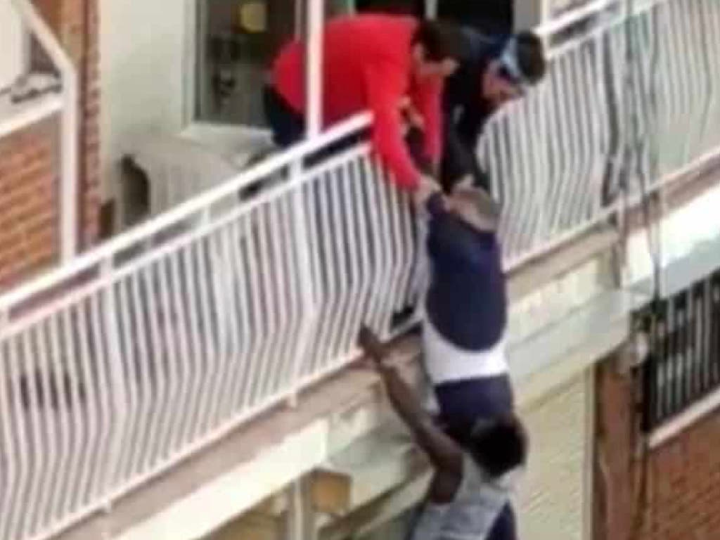 Un hombre amenaza con explotar su edificio en Madrid y otro casi cae al vacío en Fuenlabrada
