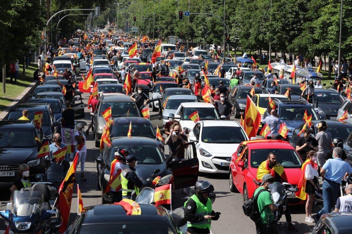 Miles de personas colapsan el centro de Madrid en coche contra el Gobierno