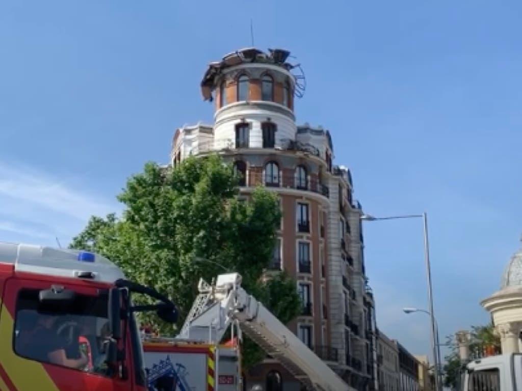 Se derrumba la cúpula de un edificio en Madrid causando daños en balcones y coches