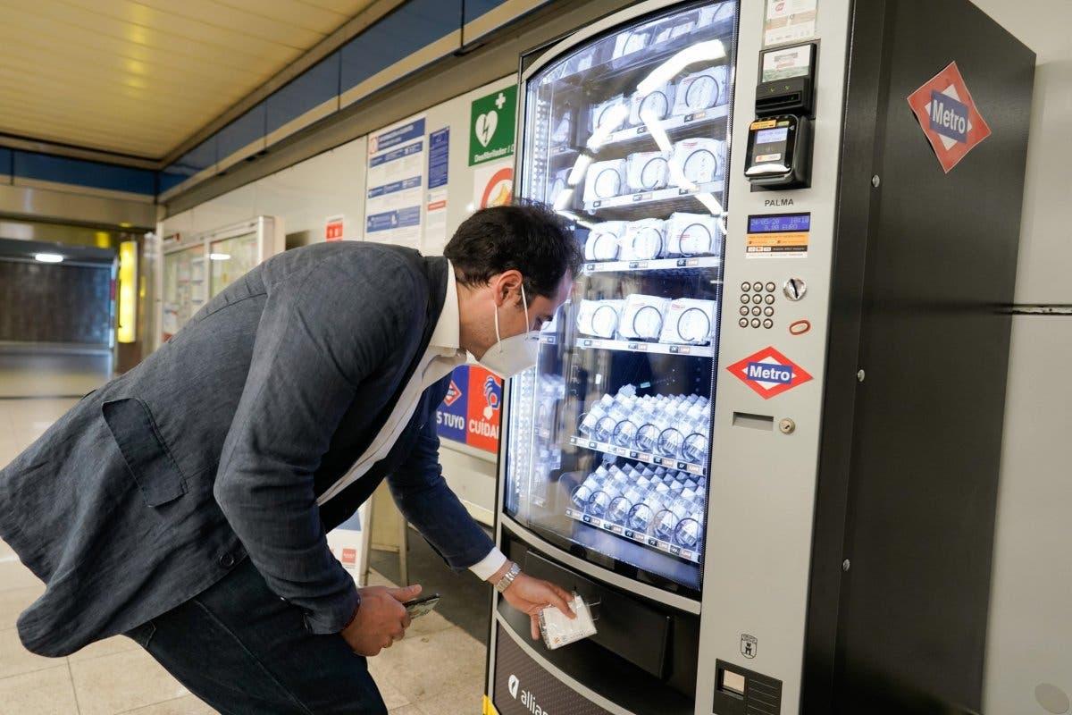 Metro de Madrid instala máquinas de venta de mascarillas en las estaciones