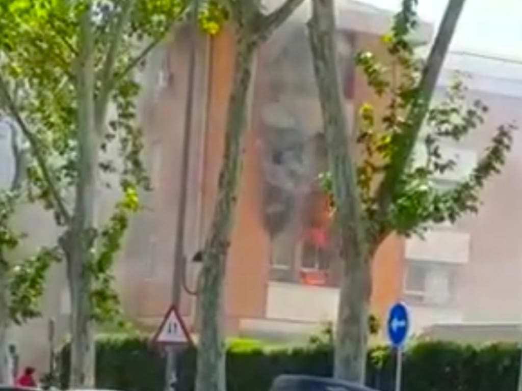 Aparatoso incendio en un piso de Alcalá de Henares