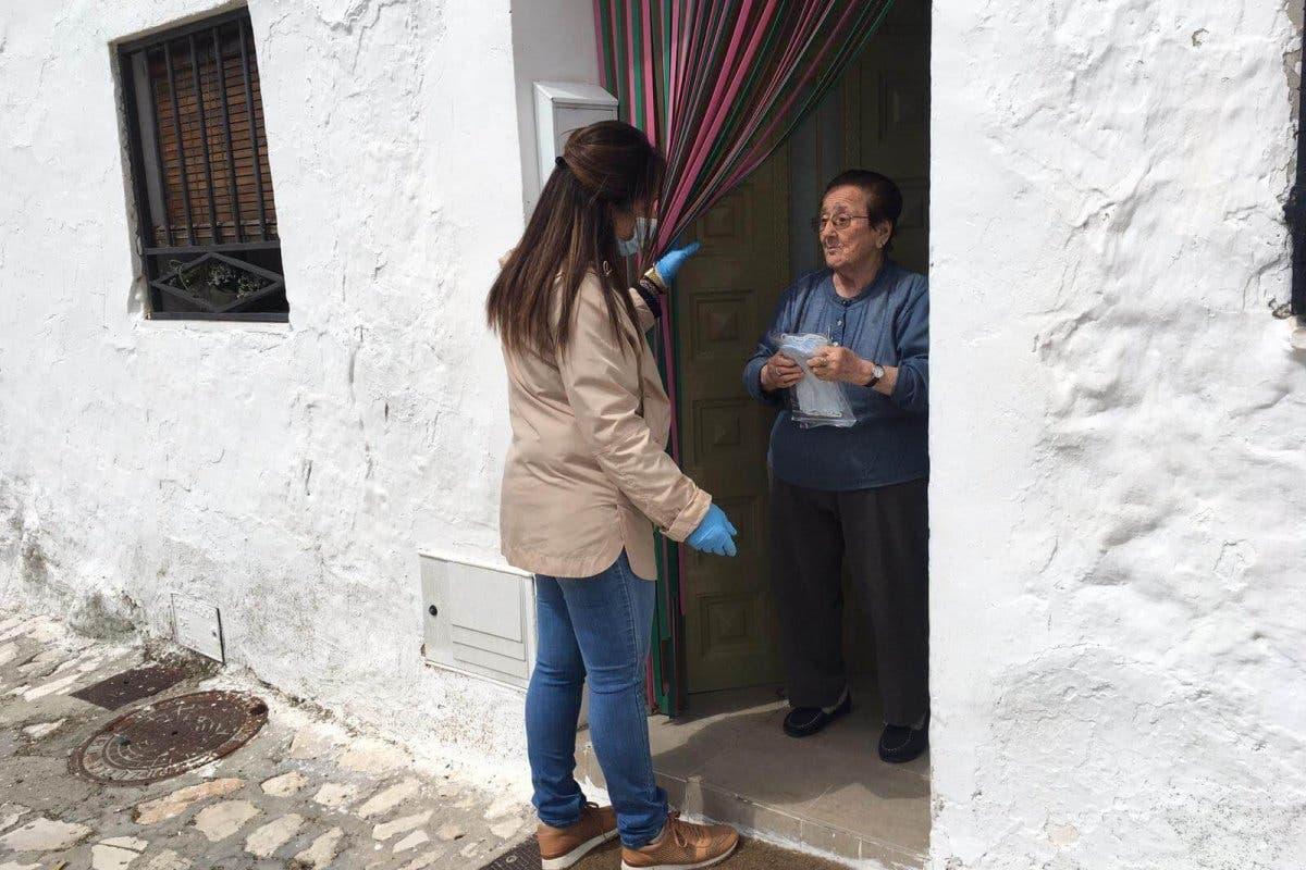 La alcaldesa de Pozuelo del Rey reparte ella misma mascarillas casa por casa
