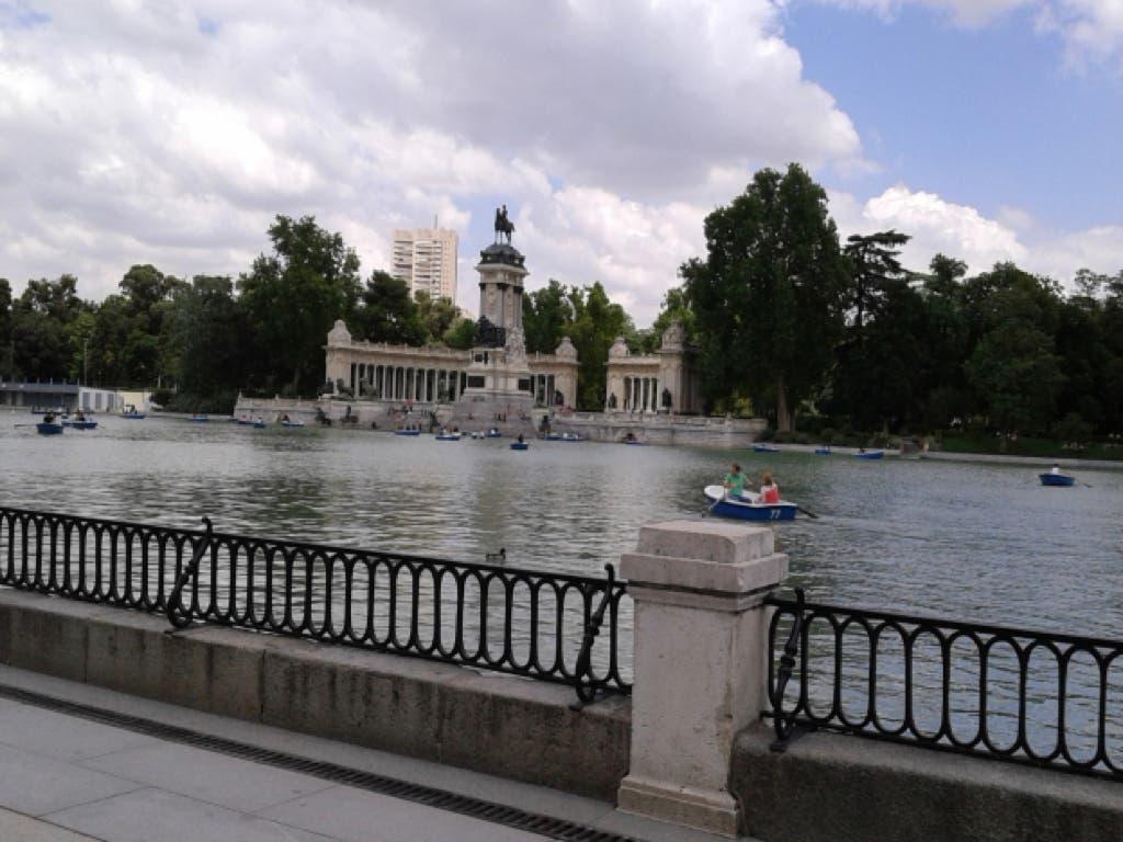 Madrid clausura hoy sus piscinas y cierra sus parques y jardines por la noche