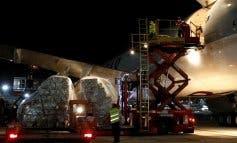 Aterriza el decimoctavo avión de Ayuso, que trae 350.000 trajes de protección para sanitarios