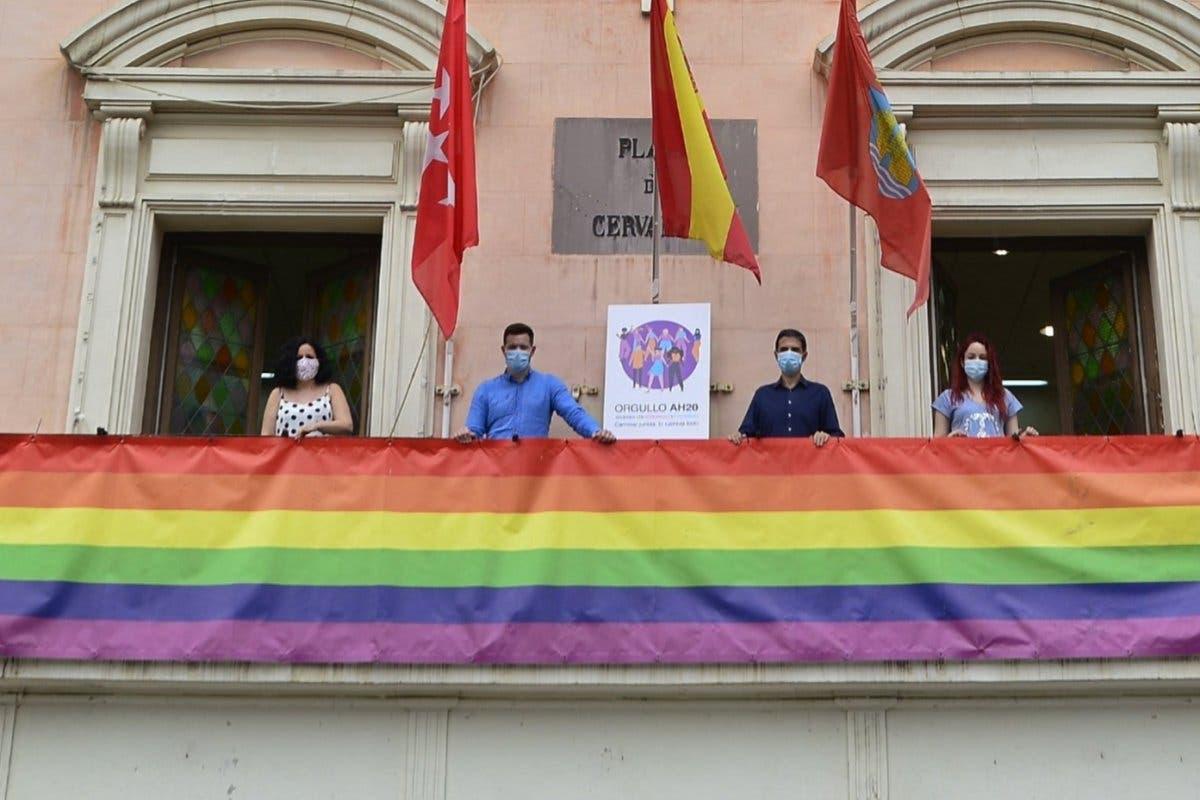 El juez rechaza retirar la bandera LGTBI del Ayuntamiento de Alcalá de Henares