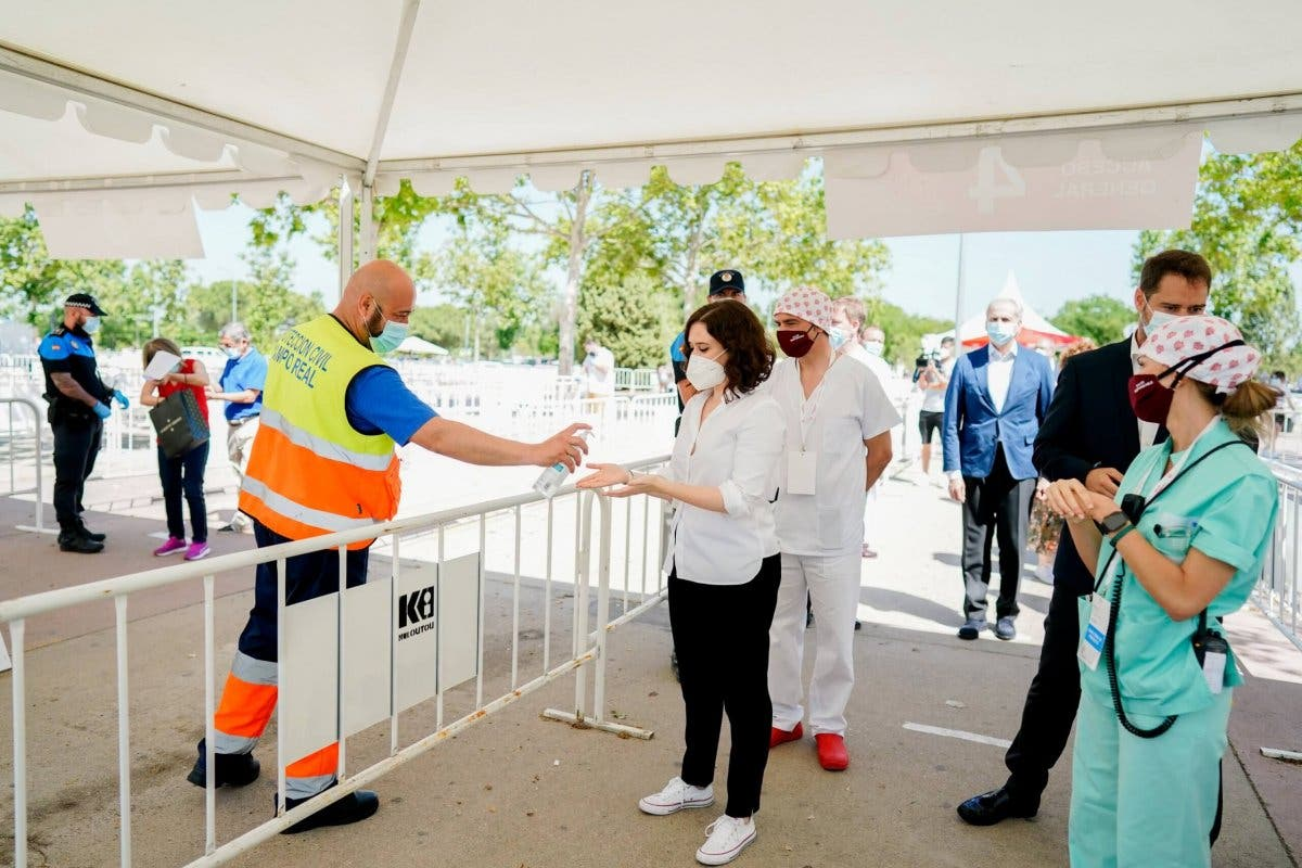 Ayuso visita las pruebas de coronavirus de Torrejón de Ardoz