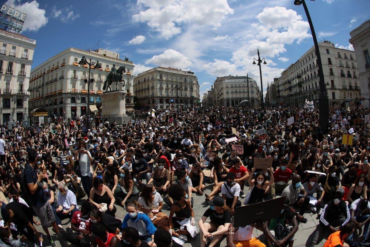 Madrid: Miles de personas se manifestaron contra el racismo sin distancia social