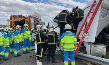 Aparatoso accidente entre dos camiones en la M45, San Fernando de Henares
