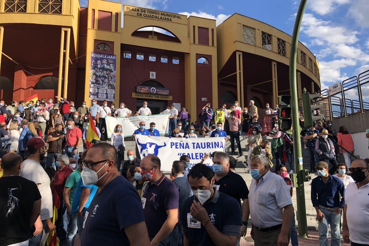 Miles de personas se manifiestan en Guadalajara en defensa de la tauromaquia
