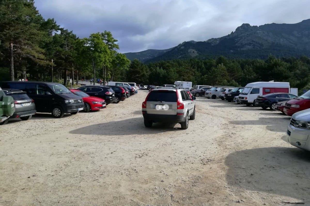 Parkings al completo en la sierra tras la escapada de cientos de madrileños