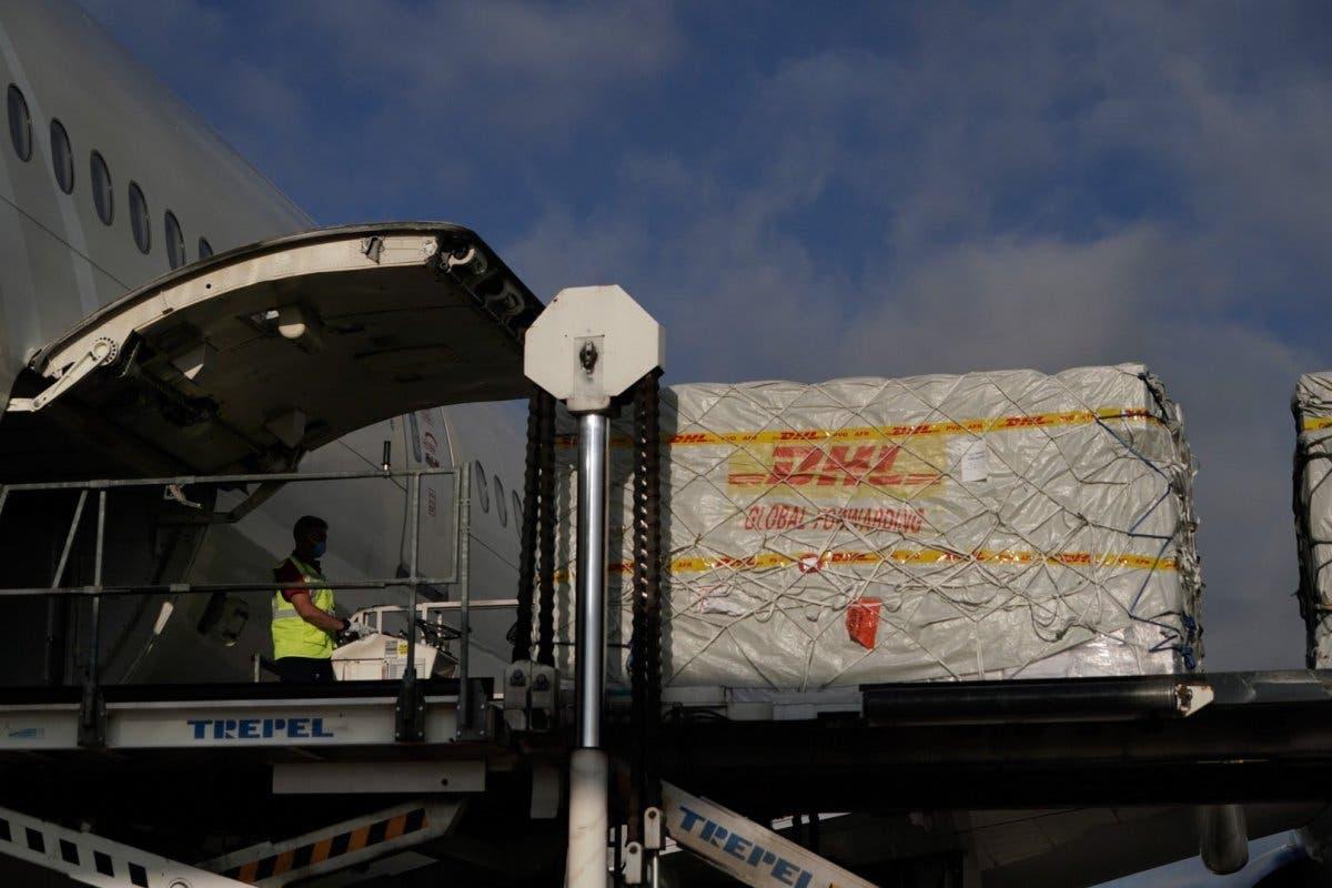 Aterriza el avión número 22 de Ayuso con material sanitario para Madrid