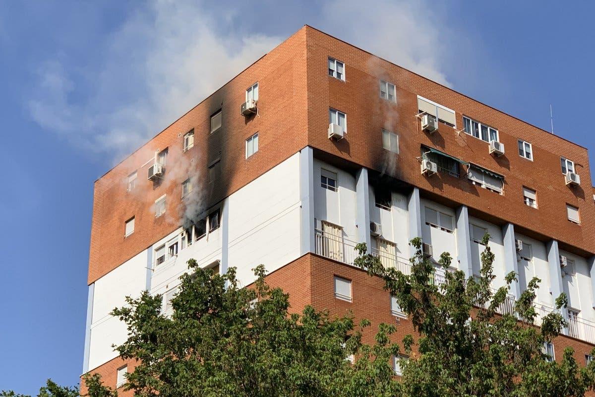 Rescatan a una mujer inconsciente en el incendio de un piso en Vallecas