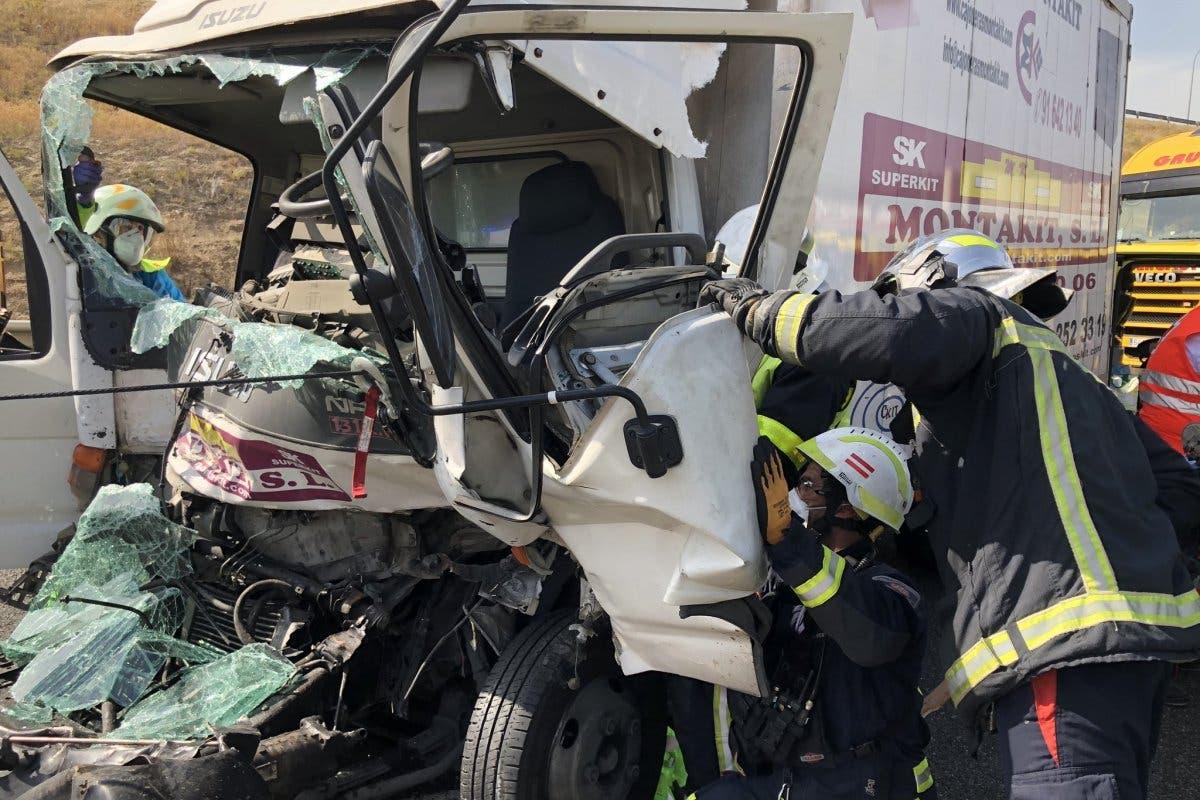 Un herido grave al chocar dos camiones en la M50