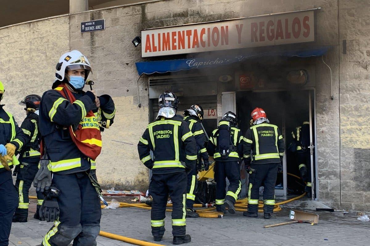 Un muerto y una mujer agredida en una tienda de alimentación incendiada en Vallecas