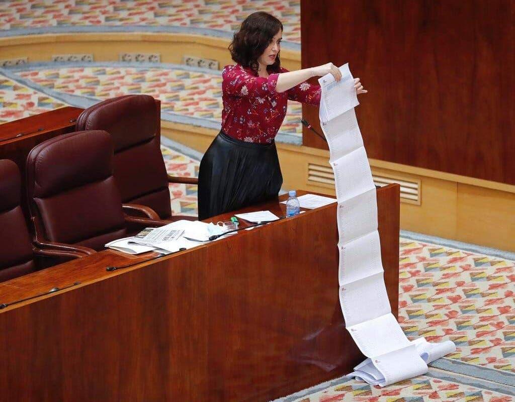 Ayuso saca una larga lista de papeles para defender su gestión sobre las residencias