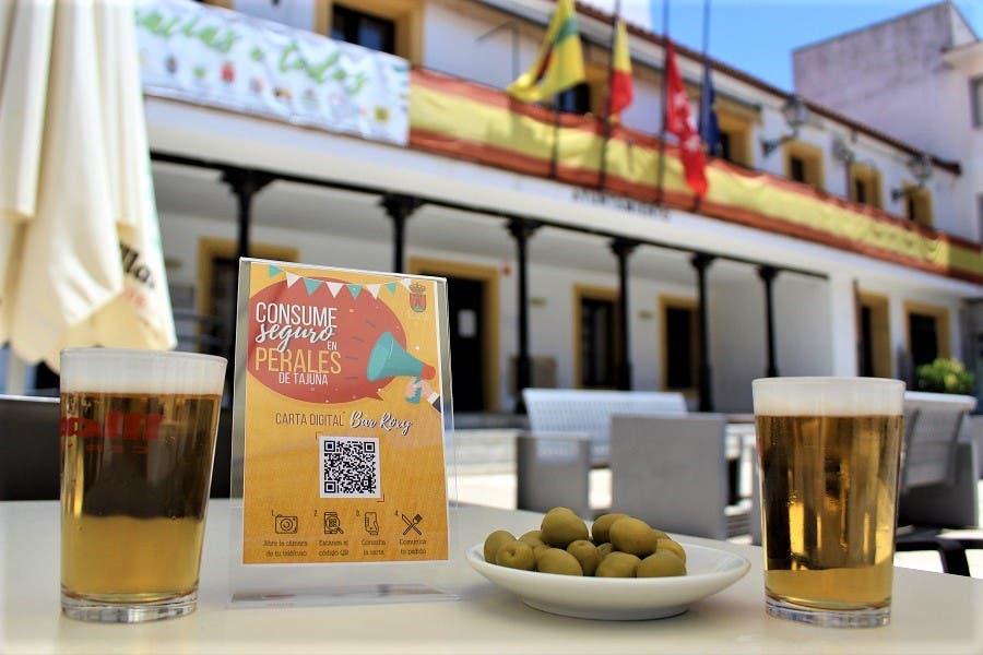 Perales de Tajuña implanta un servicio gratuito para digitalizar las cartas de los bares