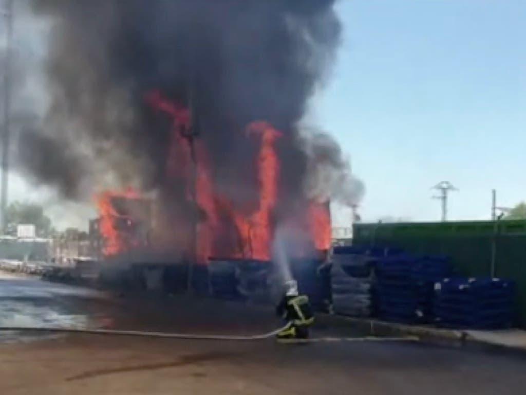 Extinguen un incendio en el exterior de una nave industrial en Alcalá de Henares