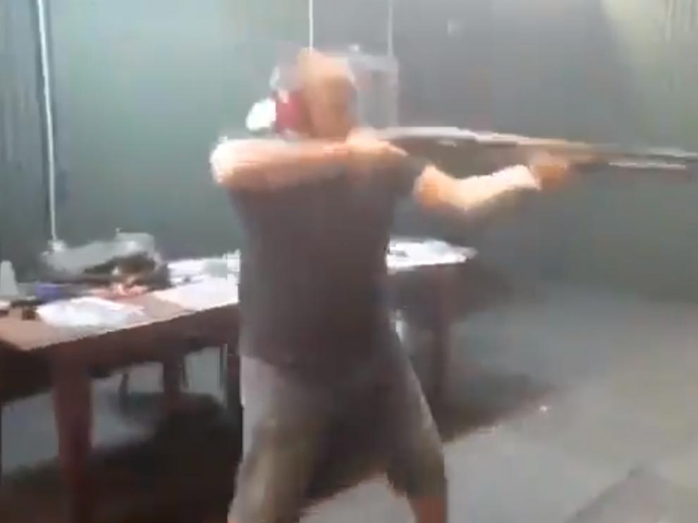 Investigan un vídeo en el que disparan a fotos de Sánchez e Iglesias